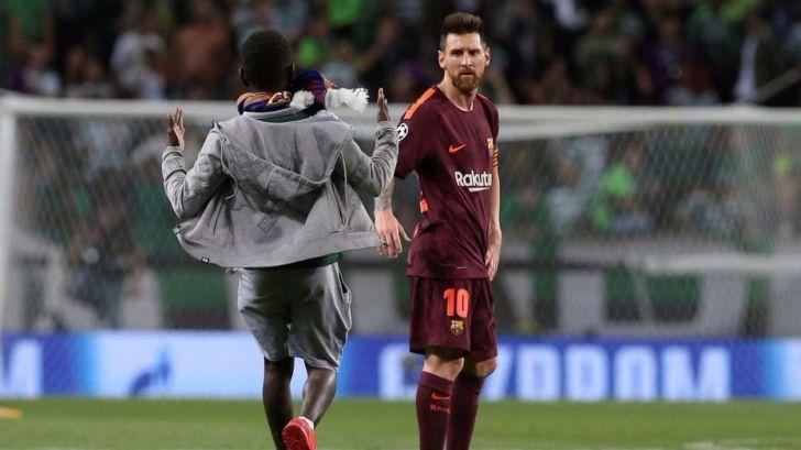 Se hace viral por besar los pies de Messi en territorio de Cristiano Ronaldo