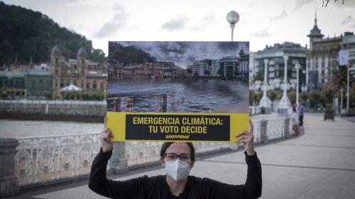 Greenpeace hace desaparecer La Concha para pedir que se vote pensando en el planeta