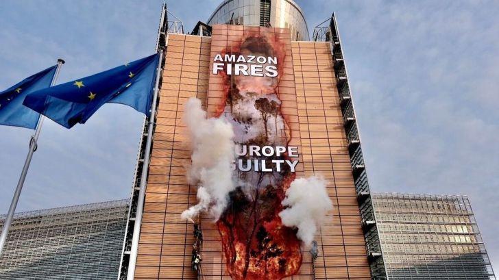 Greenpeace 'hackea' la sede de la Comisión Europea a favor de la Amazonía