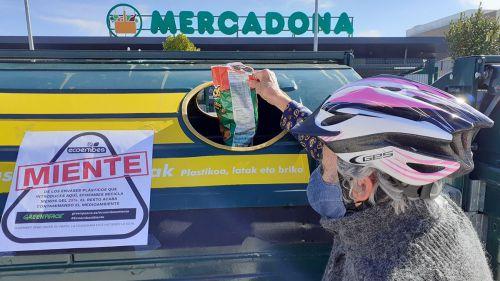 Miles de pegatinas con el mensaje 'Ecoembes miente' aparecen en contenedores amarillos de todo el país