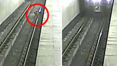 Visto en redes: Cae a los rieles del metro un menor en Rusia