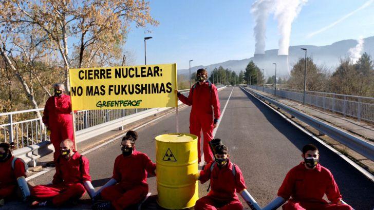 Activistas de Greenpeace se encadenan en el acceso a la central nuclear de Cofrentes