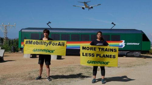 Greenpeace lleva un tren al Aeropuerto de Barcelona-El Prat para exigir 'Más Trenes y Menos Aviones'